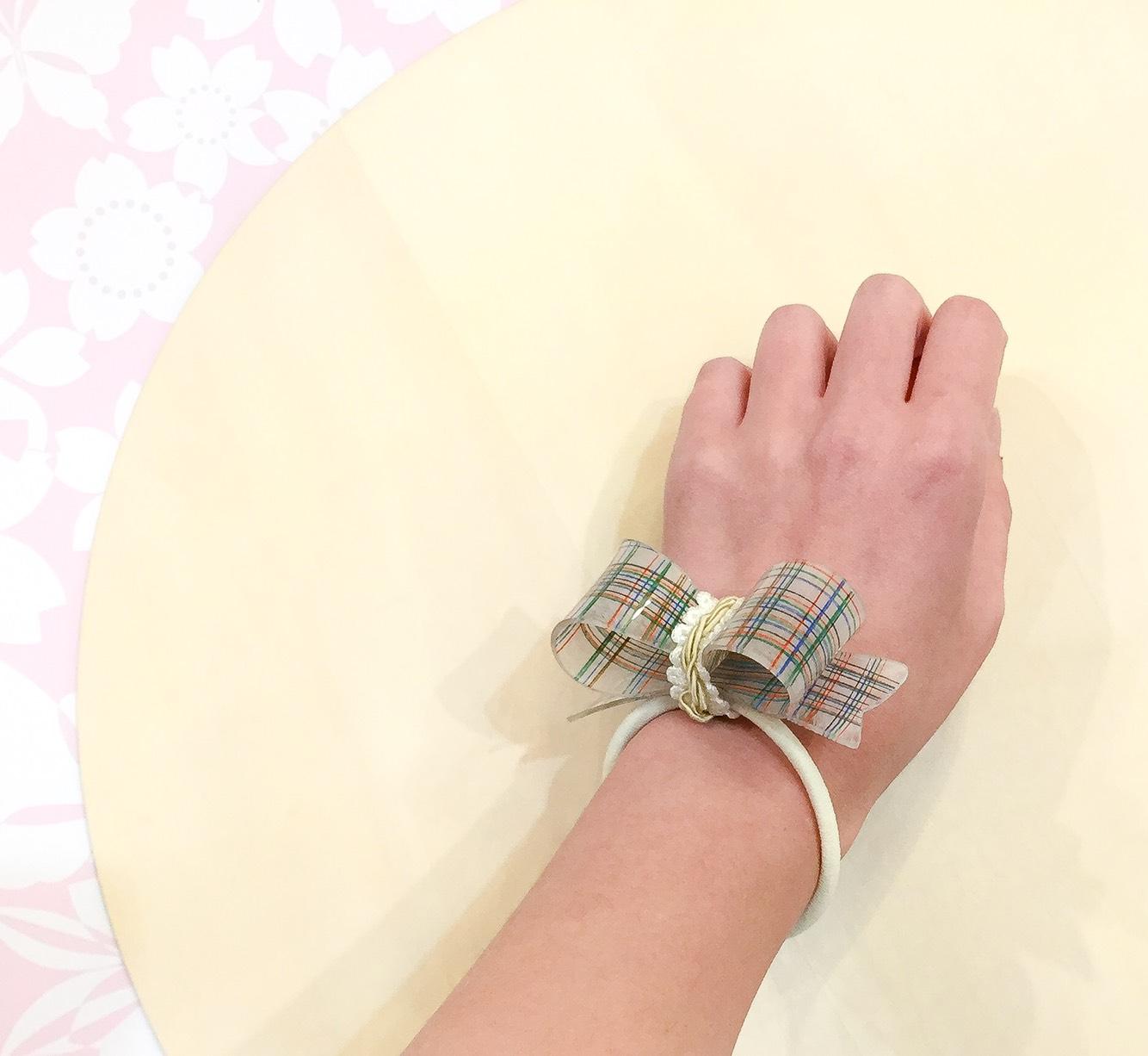 立体プラバンリボンでヘアアクセサリーをつくろう!の作品例、腕につけた様子